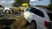 Při čelní srážce dvou osobních aut u Střelic se zranilo pět lidí. Včetně dětí.
