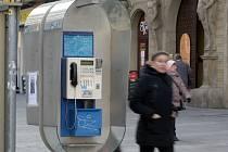 Lidé vyměnili pouliční telefonní přístroje za mobilní telefony. I proto telefonní budky a automaty postupně mizí z ulic. Brzy se to bude týkat i pěti telefonních automatů v historickém centru Brna.