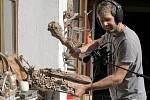 Tomáš Dvořák utváří zvuky pro počítačovou hru.