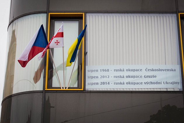 Srpen 1968a totalitní režimy připomenul lékař René Skoumal vyvěšením vlajek na rohu Purkyňovy a Skácelovy ulice vBrně.