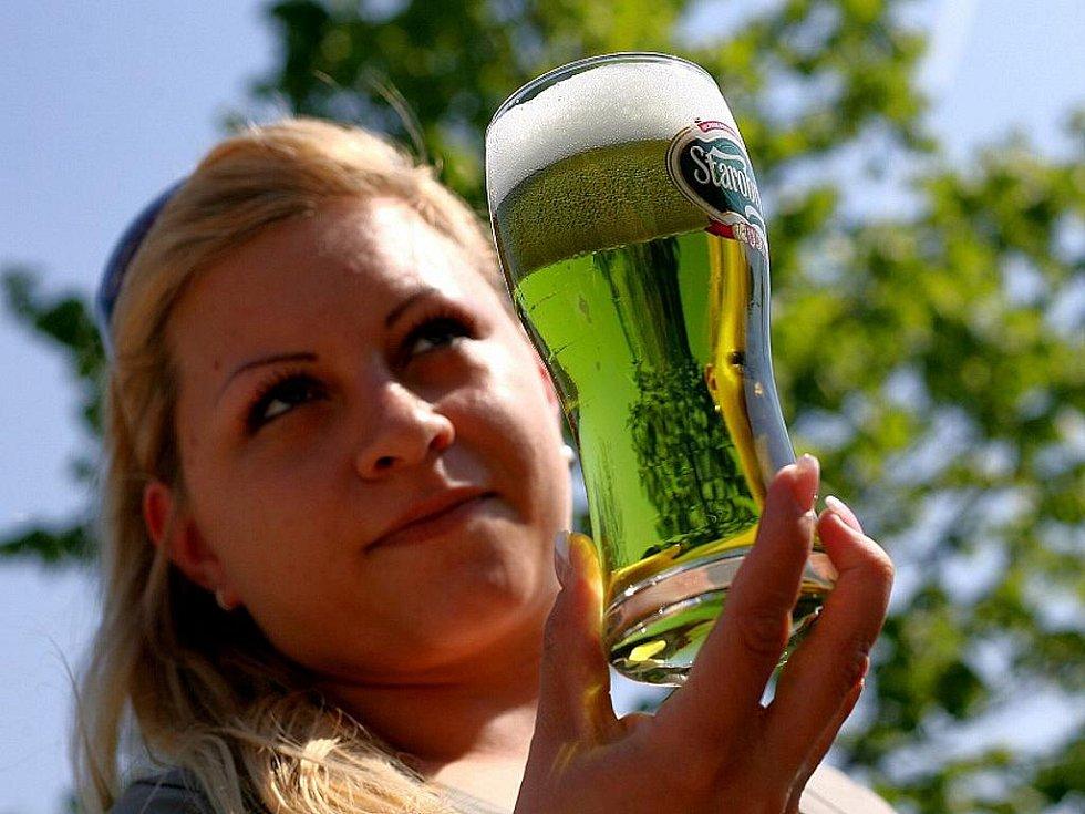 Zelený čtvrtek je den, kdy mohou pivaři ochutnat třináctistupňové zelené pivo brněnského pivovaru Starobrno.