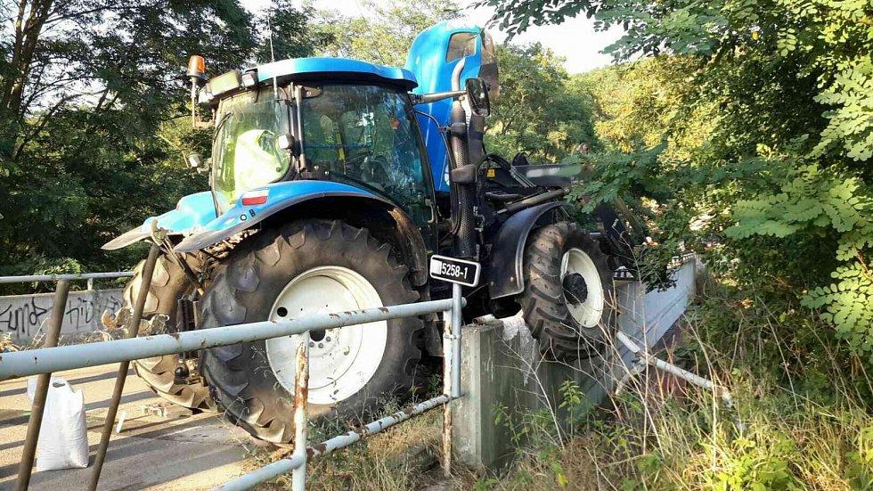 Divokou jízdu zažil řidič traktoru jedoucí z kopce od obce Hlína u Moravských Bránic na Brněnsku. Stroji s vlekem a nákladem deseti tun sladového ječmene pravděpodobně selhaly brzdy.