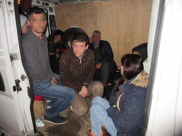 Celníci a policie zadrželi v noci na pátek při hraniční kontrole dodávky na dálnici D2 skupinku 17 nelegálních migrantů.