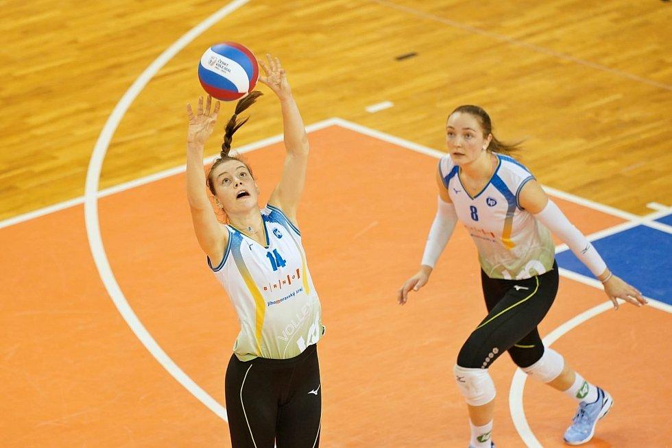 Brněnská volejbalistka Květa Grabovská nahrává míč Denise Pavlíkové.