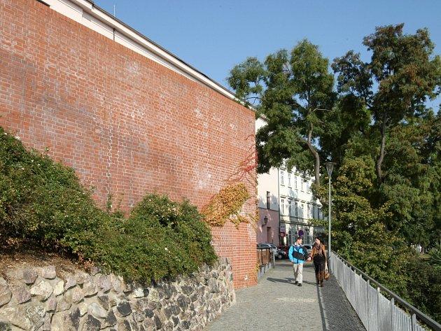 Spadl z pětimetrové výšky z hradeb Denisových sadů. Chtěl spáchat sebevraždu