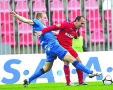 Vloni by Tomáše Polácha (vpravo) chtěl mít v týmu asi každý trenér v české lize. V letošní sezoně se však herně trápí, což ovlivňuje výkony celého týmu.