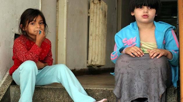 Děti z vyhořelého domu v Přízové ulici.
