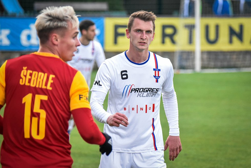 Líšeňský záložník Václav Minařík (v bílém) v utkání s pražskou Duklou.