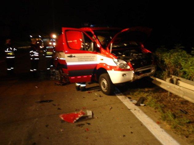 Náraz kamionu zničil hasičské vozidlo.