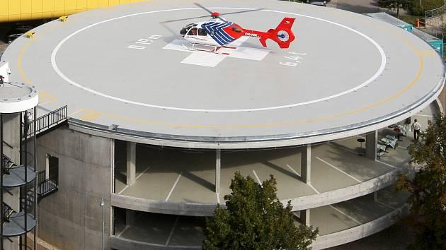 Stavba nového heliportu v areálu brněnské nemocnice v Bohunicích trvala osm měsíců a stála šedesát milionů korun. Přistávací plocha má nosnost 6,4 tuny, takže tam v případě potřeby mohou přistávat i vojenské vrtulníky.