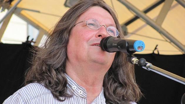 Zpěvák Ivan Hlas zahraje na festivalu v Brně se svojí doprovodnou kapelou v pátek 7. srpna.