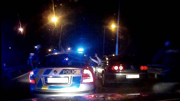 Řidič v úterý v noci ujížděl policistům. Zastavila jej až střelba