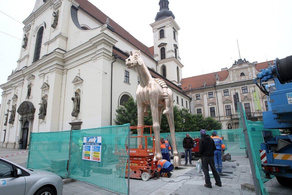 Na Moravské náměstí do Brna v sobotu odpoledne přivezli jezdeckou sochu římského krále a moravského markraběte Jošta Lucemburského, která bude stát před kostelem svatého Tomáše. Sochu tvoří šest dílů odlitých z bronzu, proto se musí postupně skládat.