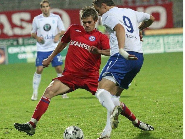 Brněnský fotbalista Lukáš Kubáň (vlevo)
