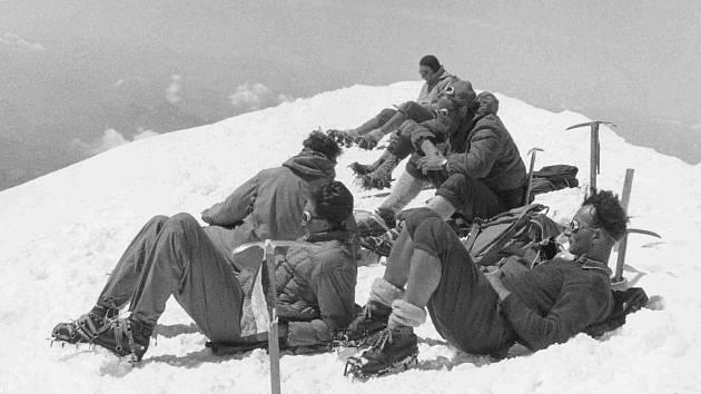 Letošní výstava Hory a kytky přibližuje osobnost čtyřiaosmdesátiletého horolezce Jana Červinky, který byl v letech 1950 až 1961 členem prvního československého reprezentačního družstva. V expedicích působil také jako fotograf a filmař.