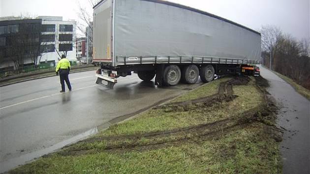 Řidič kamionu vjel na trávník a zablokoval provoz, čeká ho správní řízení.