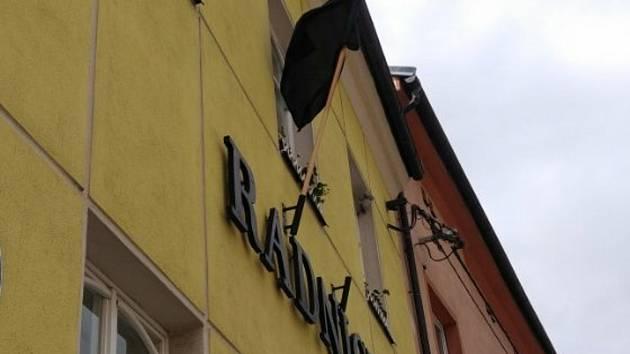 Černá vlajka na radnici: města, obce oplakávají investice, Brno vyvěšení odmítlo
