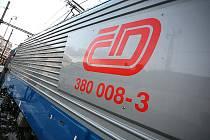 Nová rychlíková lokomotiva Škoda 109E/ČD ř. 380, kterou vyvinula a vyrobila společnost Škoda Transportation pro České dráhy. Nová lokomotiva táhla vlak InterCity 571.