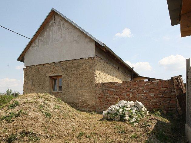 Těla tří mrtvých dětí našli policisté v rodinném domě (na snímku) ve Vlasaticích na Pohořelicku.