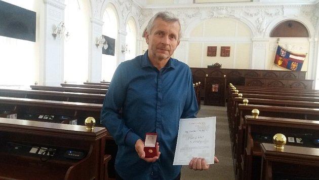 Vavřinec Charvát z Brumovic na Břeclavsku má za sebou 120 bezplatných darování krve. Získal za to ocenění Českého červeného kříže