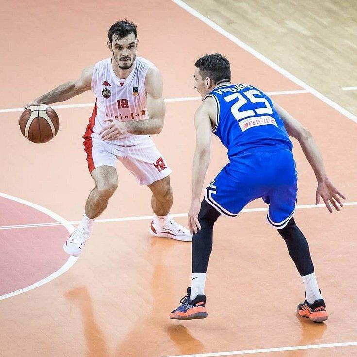 Viktor Půlpán (v bílém) v brněnském dresu naplňuje očekávání.