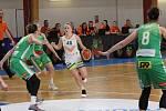 Basketbalistky Králova Pole (na snímku v zelených dresech) vyhrály podruhé v řadě i díky precizní obraně.