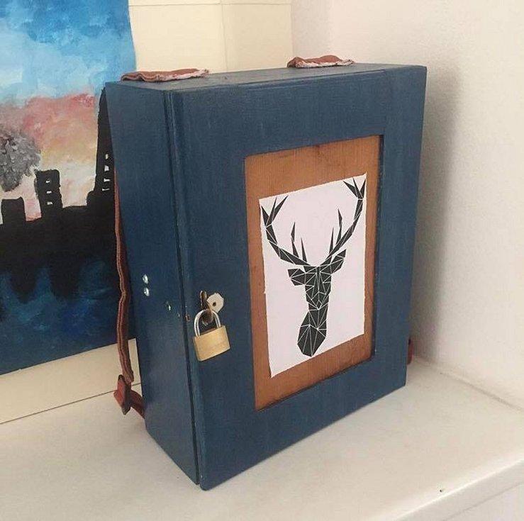 Mladíci z Brna vyrábí první dřevěné batohy na světě.  Na fotce je první verze, která vedla k výrobě dalších batohů.