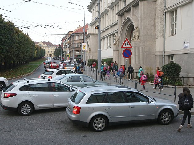 Parkování před ZŠ Slovanské náměstí v Brně.