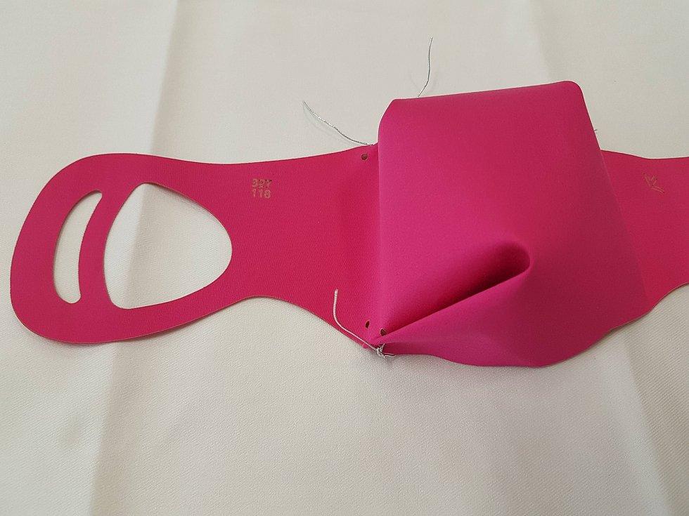 Roušku PiggyNOSE lidé složí i bez šití pomocí tří pevnějších nití.