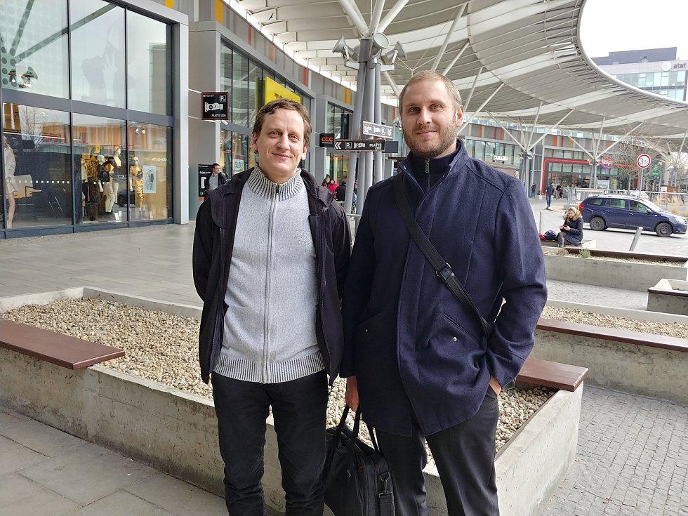 Autoři projektu Zapomenuté lyžařské vleky, Ondřej Šedo (vlevo) a Vilém Kledrowetz (vpravo).