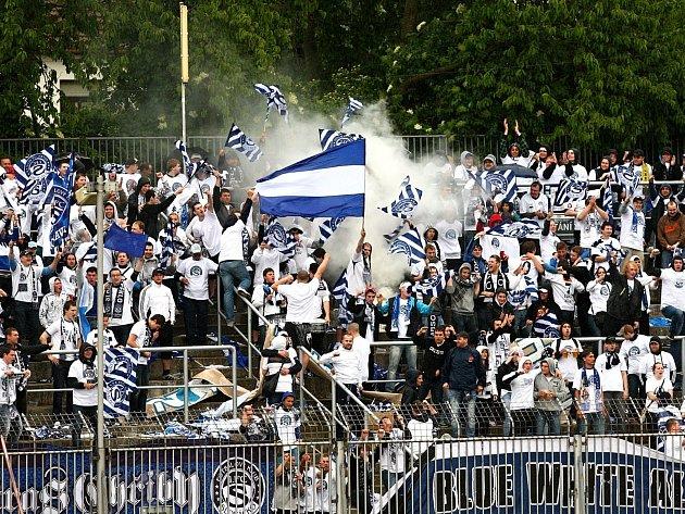 Fanoušci Slovácka oslavují po jedenácti letech výhru svého týmu nad brněnskou Zbrojovkou.
