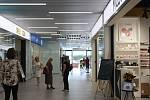 Navštívit v jedné budově svého lékaře a dojít si zároveň na nákup nebo na oběd mohou znovu lidé v brněnské Bystrci. Po roční rekonstrukci se totiž znovu otevřelo obchodní centrum Javor.
