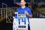Hokejista Tomáš Plekanec s dresem, ve kterém bude nastupovat za Kometu.
