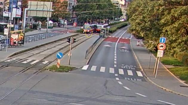 Školák pod tramvají: při přecházení se chlapec díval do mobilu, ukazuje video