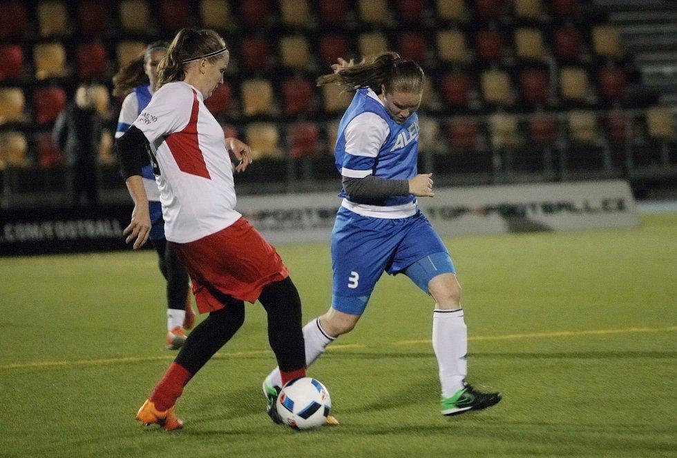 Sice otevřely skóre, ale tím nakoply favorita. Další radost už Seňoritky z Černé Hory v prvním finálovém zápase o titul mistryň České republiky v malém fotbalu nezažily. Proklatě dobrý kuřata jim nasázela devět branek a zvítězila 9:1.