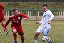 Fotbalista Milan Lutonský (v bílém) se v líšeňské sestavě objevuje nejčastěji na pozici levého obránce.