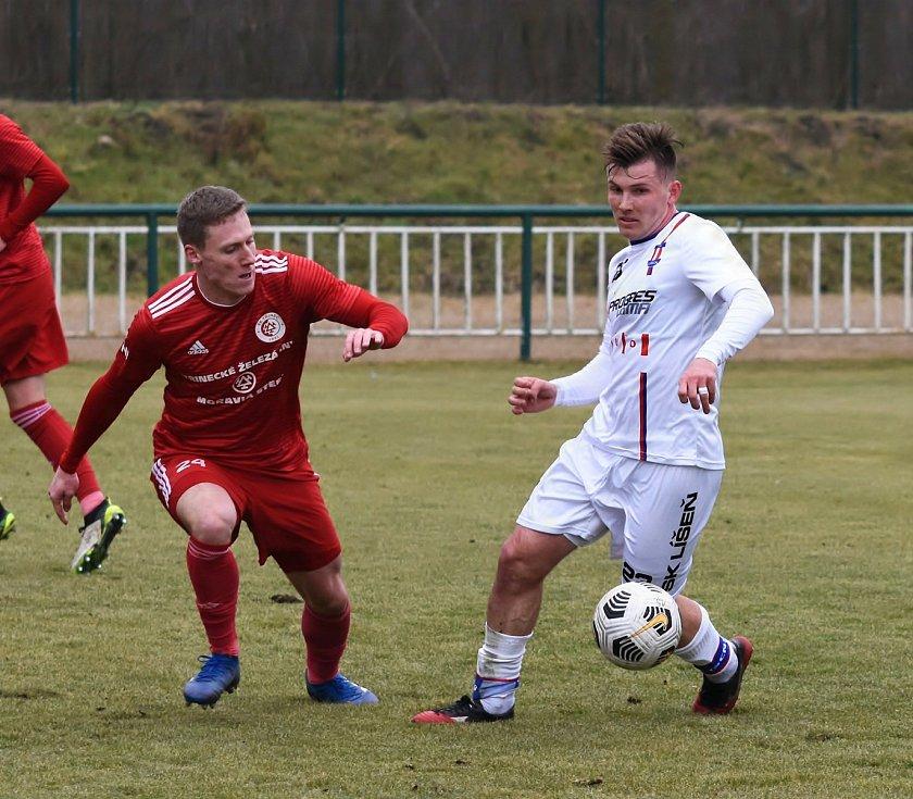 Líšeňští fotbalisté (v bílém Milan Lutonský) zvítězili před startem jarní části FORTUNA:NÁRODNÍ LIGY v přípravném utkání s Třincem 1:0.