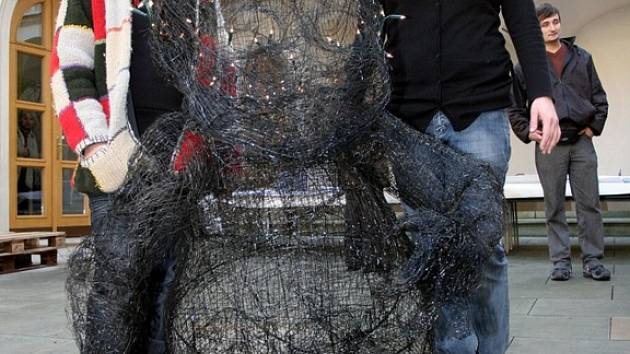 Jezulátko je v podání brněnských studentů přerostlé dítě spletené z drátů a se svatozáří na hlavě