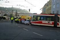 Nehoda na Mendlově náměstí v Brně. Po srážce s autem tam vykolejila tramvaj.