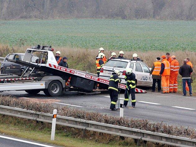 Nehoda šesti osobních aut na silnici r52 z Vídně do Brna.