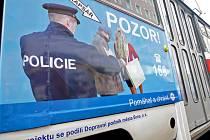 Policejní letáky na tramvajích