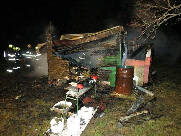Při požáru zemřeli dva lidé, zřejmě to byli bezdomovci.