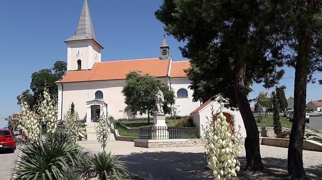 Kostel v Přibicích dostal schodiště. Opravili i blízké parkoviště