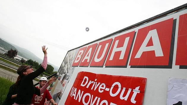 Protest sdružení Nesehnutí proti obchodnímu řetězci Bauhaus.