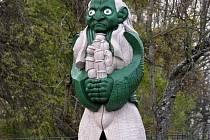 Přístav Baťova kanálu ve Strážnici už dva roky zdobí dřevěná socha vodníka.