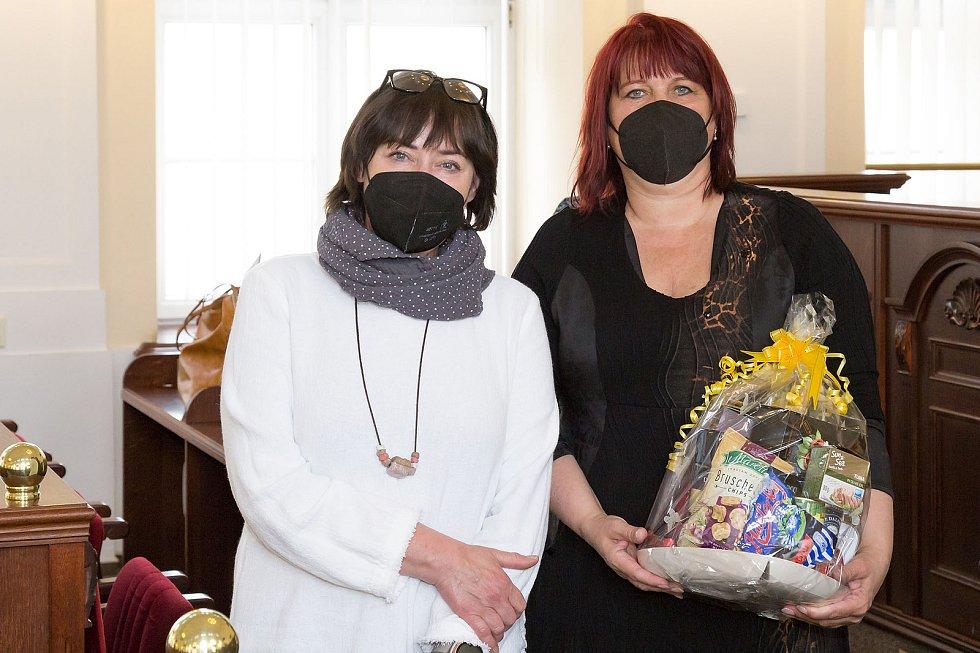 S kyticí Ilona Salajková, oceněná v kategorii Knihovnická osobnost Jihomoravského kraje 2020. Foto: Moravská zemská knihovna