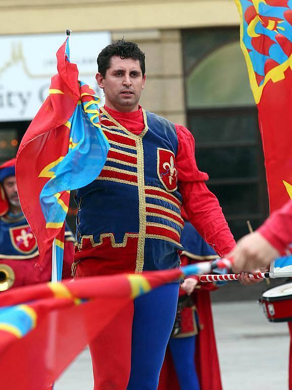 Vlajkonoši zahájili Dny italského filmu v Brně v pestrých kostýmech.
