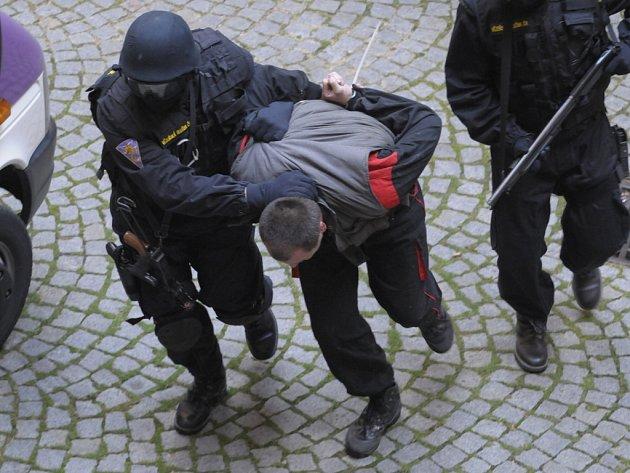 Eskorta zlikvidovala útočníka. Chtěl osvobodit vězně