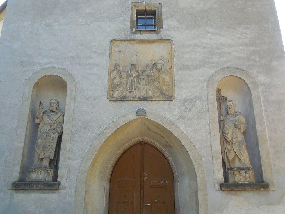Bořitov – kostel sv. Jiří před restaurováním sochařské výzdoby a kamenného reliéfu nad vstupem.