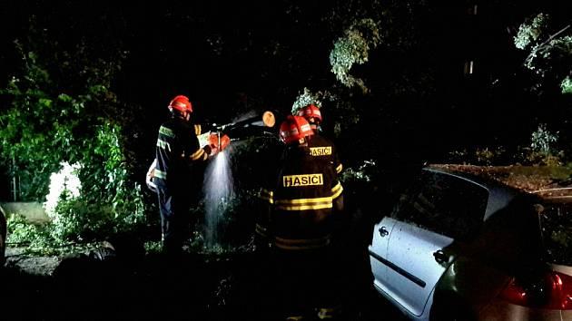 Bouřka páchala škody na jižní Moravě. Padaly stromy i elektrické dráty